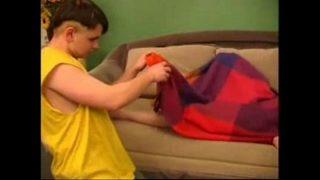 Белобрысая старшекурсница с лохматым лобком спускает сперму во досуг онанизма